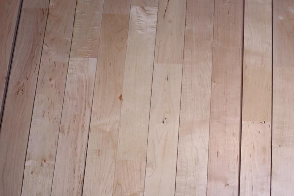 选择厂家体育木地板的优势